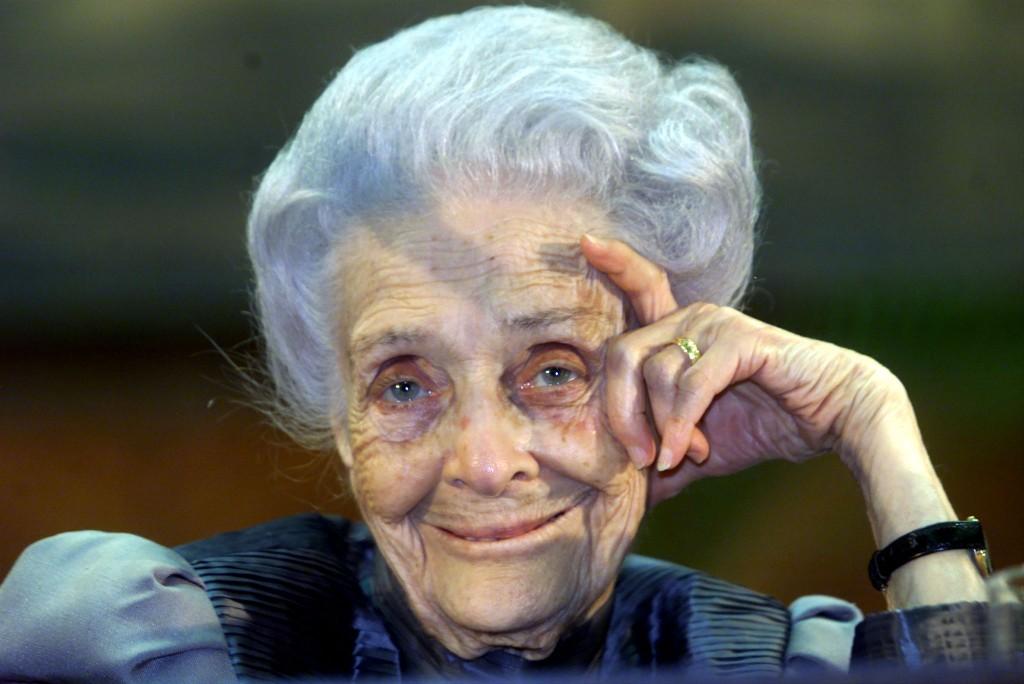 """Il premio Nobel per la medicina Rita Levi Montalcini nel corso di una sua lezione all'universita' """"La Sapienza"""" a Roma, in una foto d'archivio del 15 marzo 2000. ANSA / MONTEFORTE"""